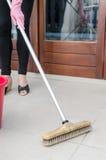 Nettoyage de plancher carrelé photographie stock libre de droits