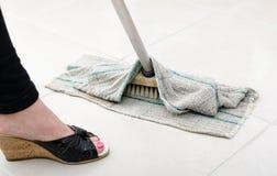 Nettoyage de plancher carrelé photographie stock