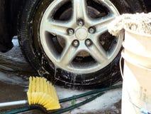 Nettoyage de pneu de jour de lavage de voiture Images libres de droits