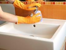 Nettoyage de robinet Photographie stock