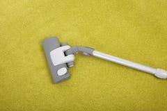 Nettoyage de tapis avec un aspirateur Photos stock