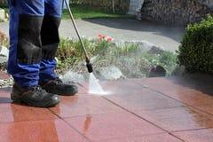 Nettoyage de terrasse avec à haute pression Image stock