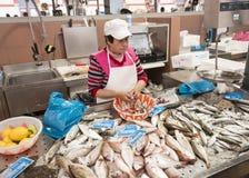 Nettoyage de Womna et poissons de vente Images libres de droits