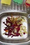 Nettoyage des légumes Photos libres de droits