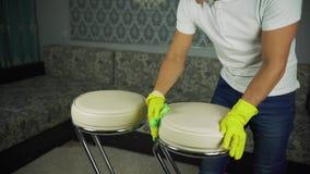 Nettoyage des meubles en cuir L'homme des travaux de société de nettoyage clips vidéos