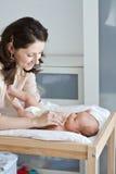 Nettoyage du bébé photographie stock libre de droits