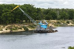 Nettoyage du lit de la rivière de la flotte technique Belarus de Sozh de rivière photographie stock libre de droits