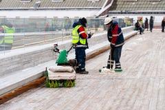 Nettoyage du pont accrochant du parc de Zaryadye Photos libres de droits