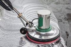 Nettoyage en pierre extérieur de plancher avec la machine de polissage et le chemica image stock