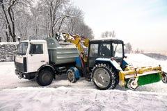 Nettoyage et chargement de neige Images stock