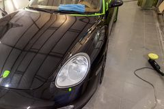 Nettoyage et entretien d'une voiture noire à la station après qu'ait été photo libre de droits