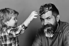 Nettoyage et propreté Homme avec la barbe et jeux d'enfant de sourire avec des lessives de savon Images libres de droits