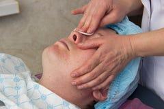 Nettoyage facial d'acné professionnelle dans la carlingue Photo libre de droits
