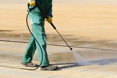 Nettoyage humide des rues de ville Photo stock