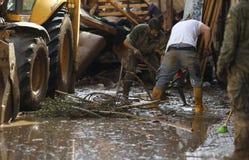 Nettoyage militaire d'unité de secours après des inondations en San Llorenc dans la verticale de Majorque d'île photos stock