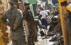 Nettoyage militaire d'unité de secours après des inondations en San Llorenc dans la verticale de Majorque d'île photo libre de droits