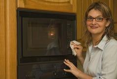 Nettoyant la maison - four à micro-ondes Photos libres de droits