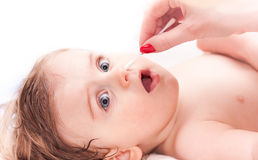 Nettoyant le nez un petit enfant Photos libres de droits