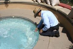 Nettoyeur de piscine Photographie stock libre de droits