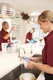 Nettoyeurs commerciaux fonctionnant dans la cuisine photo libre de droits