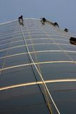 Nettoyeurs d'hublot balançant d'une corde Photographie stock libre de droits