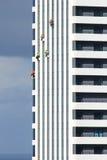 Nettoyeurs s'arrêtant à la tour photo stock