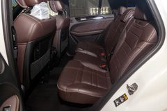 Nettoyez après lavage des sièges de passager arrière du cuir véritable brun mat à l'intérieur de l'intérieur d'un suv cher, prépa photo stock