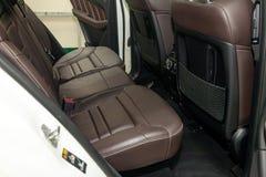 Nettoyez après lavage des sièges de passager arrière du cuir véritable brun mat à l'intérieur de l'intérieur d'un suv cher, prépa photo libre de droits