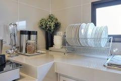 Nettoyez contre dans la cuisine avec l'ustensile Photographie stock libre de droits