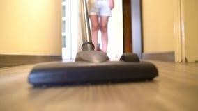 Nettoyez l'appartement avec l'aspirateur banque de vidéos