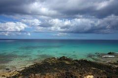 nettoyez l'eau de ciel de récif coralien de nuages Photo libre de droits