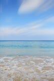 Nettoyez l'eau de mer et le ciel bleu gentil photo libre de droits