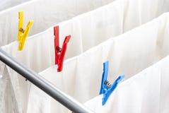Nettoyez la blanchisserie et les pinces à linge photos stock