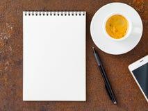 Nettoyez la feuille blanche dans une protection à spirale ouverte, stylo, téléphone portable Image libre de droits