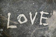 Nettoyez la lettre d'amour sur la texture grunge et sale de fond de ciment Photographie stock