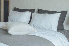 Nettoyez la literie avec le lit grand Images libres de droits