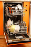 Nettoyez la machine de vaisselle de plats photographie stock libre de droits