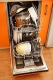 Nettoyez la machine de vaisselle de plats photos stock