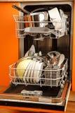 Nettoyez la machine de vaisselle de plats image stock