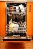 Nettoyez la machine de vaisselle de plats image libre de droits