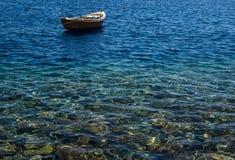 Nettoyez la mer avec un bateau à l'arrière-plan Photos stock