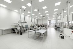 Nettoyez la pièce de production Fabrication de l'électronique industrielle image libre de droits