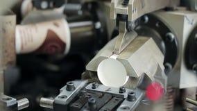 Nettoyez la production des tasses de papier pour le café ou le thé sur le plan rapproché moderne d'équipement banque de vidéos