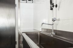 Nettoyez la région de vaisselle dans la cuisine d'un hôtel ou d'un restaurant image libre de droits