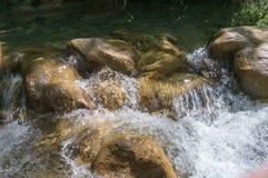 Nettoyez la rivière de montagne Photo stock