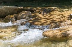 Nettoyez la rivière de montagne Photographie stock libre de droits