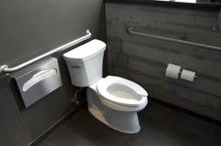 Nettoyez la salle de bains photo stock