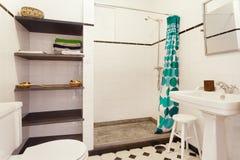 Nettoyez la salle de bains fraîche photos stock