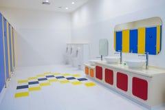 Nettoyez la salle de bains l'en public Image stock