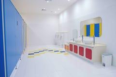 Nettoyez la salle de bains l'en public Photo stock